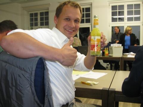 Petershausener Gemeinderäte trinken fair gehandelte Limonade
