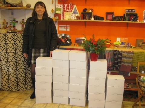 vhs Petershausen beschenkt ihre DozentInnen mit 34 fairen Weihnachtspäckchen