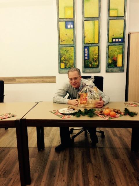 Fairer Geschenkkorb für den Bürgermeister der zukünftigen Fairtrade-Gemeinde Petershausen