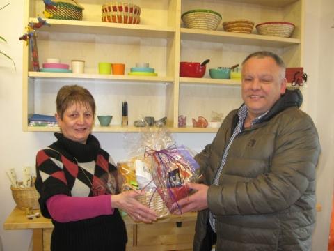 Schon zum dritten Mal – Schreinerei Benno Huber unterstützt den Fairkaufladen