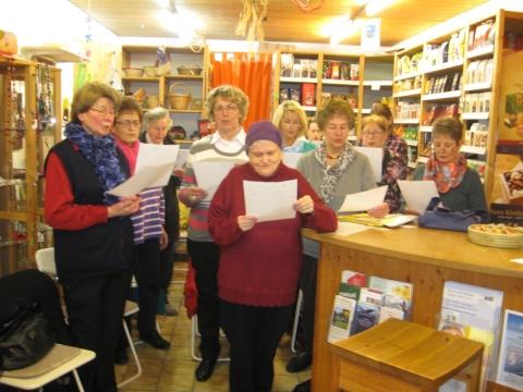 Platz ist in dem kleinsten Laden – Chor der Katholischen Frauengemeinde probte über mehrere Monate im Fairkaufladen