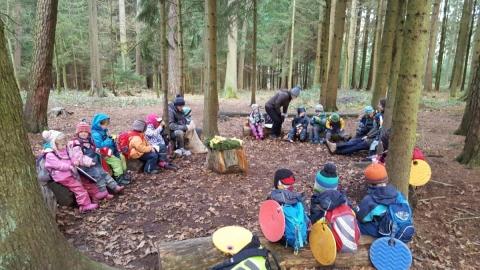 Der Nikolaus bescherte die Waldkindergartenkinder wieder mit fairen Nikoläusen