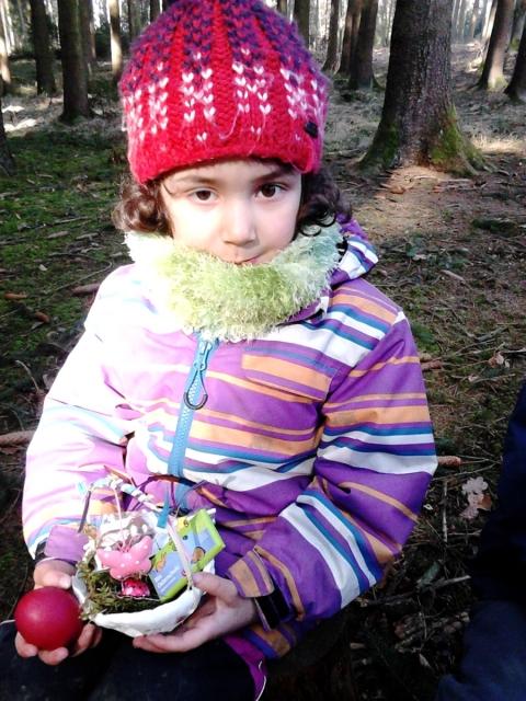 Osterhase beschenkt Waldkinder mit kleinen fairen Osterschoki