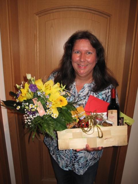 Geschenkkorb und Geschenkgutschein aus dem Fairkaufladen – Claudia Siegl, langjährige Vorsitzende der Ortsgruppe des BN, wird verabschiedet