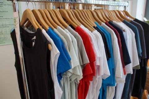Rechte für Näher*innen in Bangladesch – Fairkaufladen verkauft T-Shirts mit dem Label der Fair Wear Foundation
