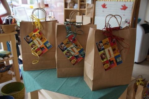 Gemeinde würdigt die Arbeit der Schulweghelfer mit fairen Geschenktaschen