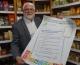 SPD-Landtagsabgeordneter Martin Güll beteiligt sich an der Plakataktion zur Landtagswahl und verbindet dies mit einem Besuch des Fairkaufladens