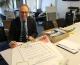 CSU-Landtagsabgeordneter Bernhard Seidenath unterschreibt das gemeinsame Plakat von Bund Naturschutz und Eine Welt Netzwerk Bayern e.V.