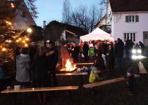 Fair gehandelter Glühwein und Weihnachtsgebäck beim Winterfest der Petershausener Grünen
