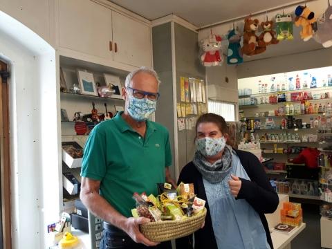 Freie Wähler Petershausen unterstützen Fairkaufladen mit acht Geschenkkörben