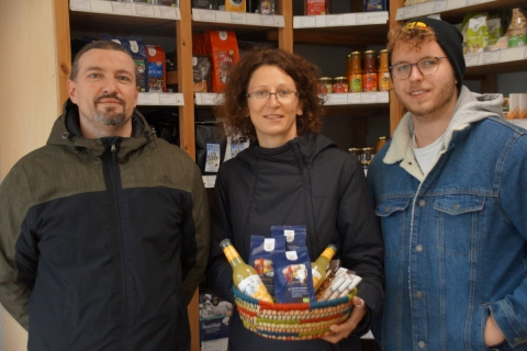 Diakon Andre Börner, der neue Leiter vom Haus für Kinder Arche Noah, besucht den Fairkaufladen