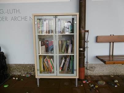 Bücher für alle – Bücherschrank vor dem Haus für Kinder Arche Noah