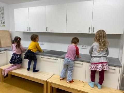 Brezenbacken im Kindergarten der Aktiven Schule