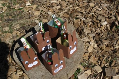 Der Osterhase brachte wieder faire Schokohäschen in Kindergärten und eine Kinderkrippe