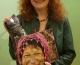 Grüne Bundestagsabgeordnete Margarete Bause erhält Geschenktasche aus dem Fairkaufladen